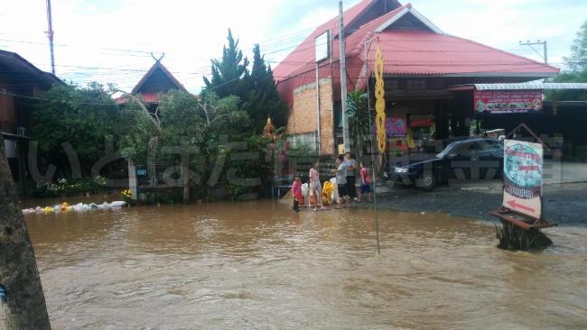 2017年10月タイのバンコクでは洪水で幹線道路が水没!チェンマイ郊外も同様